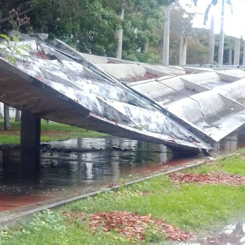Se cayó techo de pasarela en la UCV